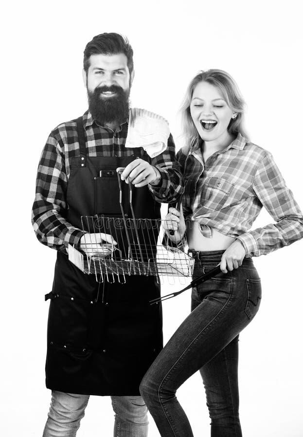 Het weekend van de familie Paar in de kokende werktuigen van de liefdegreep voor barbecue Hulpmiddelen om vlees in openlucht te r stock afbeeldingen