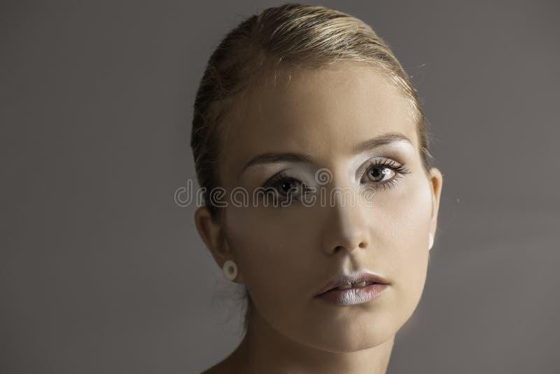 Het weemoedige kijken mooie blondevrouw in witte make-up royalty-vrije stock foto's