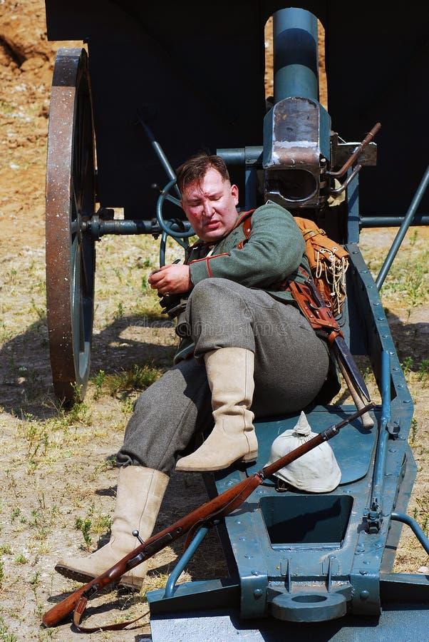 Het weer invoeren van de Osovetsslag Reenactor legt op het kanon royalty-vrije stock afbeelding