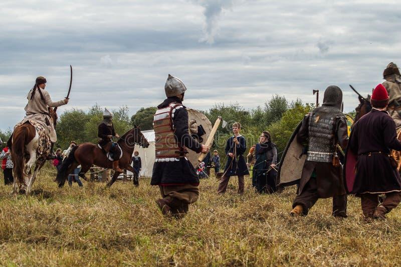 Het weer invoeren van de Roleplayslag van de era van het juk mongools-Tatar in het Kaluga-gebied van Rusland op 10 September 2016 stock afbeeldingen