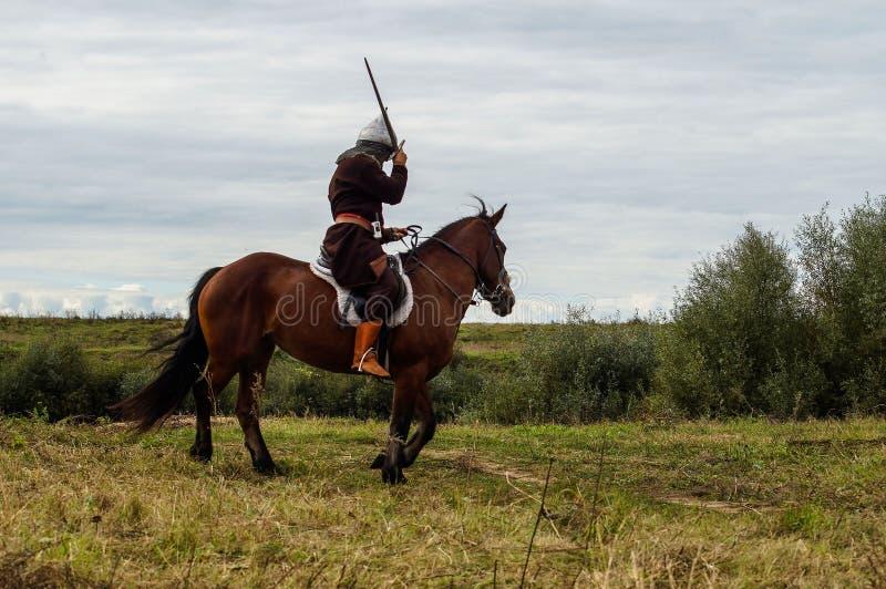 Het weer invoeren van de Roleplayslag van de era van het juk mongools-Tatar in het Kaluga-gebied van Rusland op 10 September 2016 stock fotografie