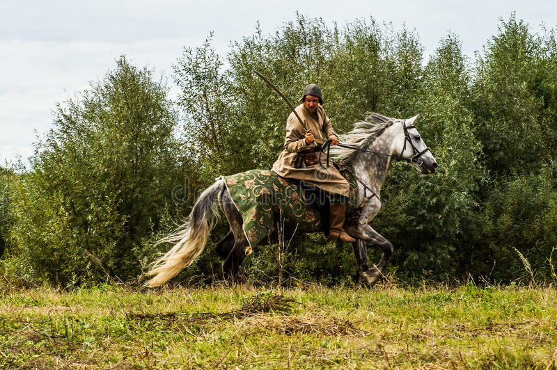 Het weer invoeren van de Roleplayslag van de era van het juk mongools-Tatar in het Kaluga-gebied van Rusland op 10 September 2016 stock foto's