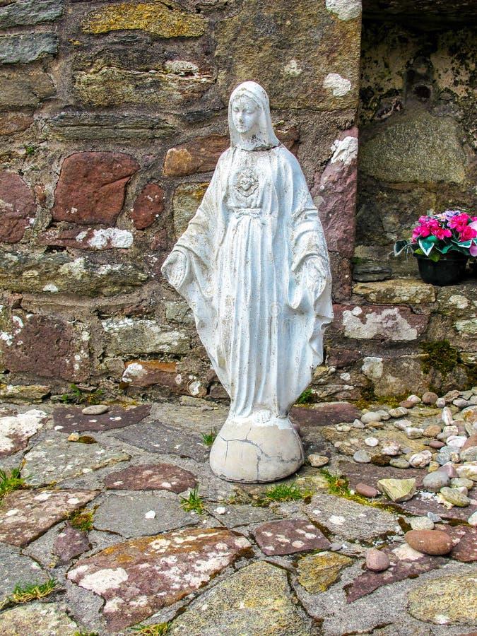Het weer waarschuwt standbeeld van Heilige Maagdelijke Mary stock afbeeldingen