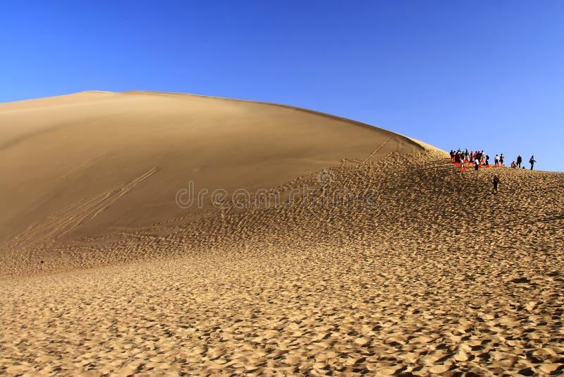 Het weergalmen zandheuvel. Dun Huang, China stock afbeeldingen