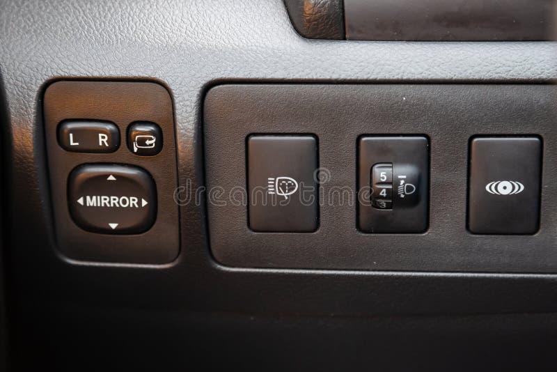 Het Weergeven aan het binnenland van auto met dashboard, achterspiegel past knopen na het schoonmaken vóór verkoop op parkeren aa stock fotografie