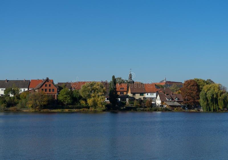 Het Weergeven aan het meer riep Juessee in de Duitse stad Herzberg im Harz royalty-vrije stock fotografie