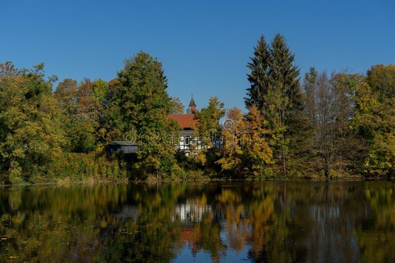 Het Weergeven aan het meer riep Juessee in de Duitse stad Herzberg im Harz stock fotografie