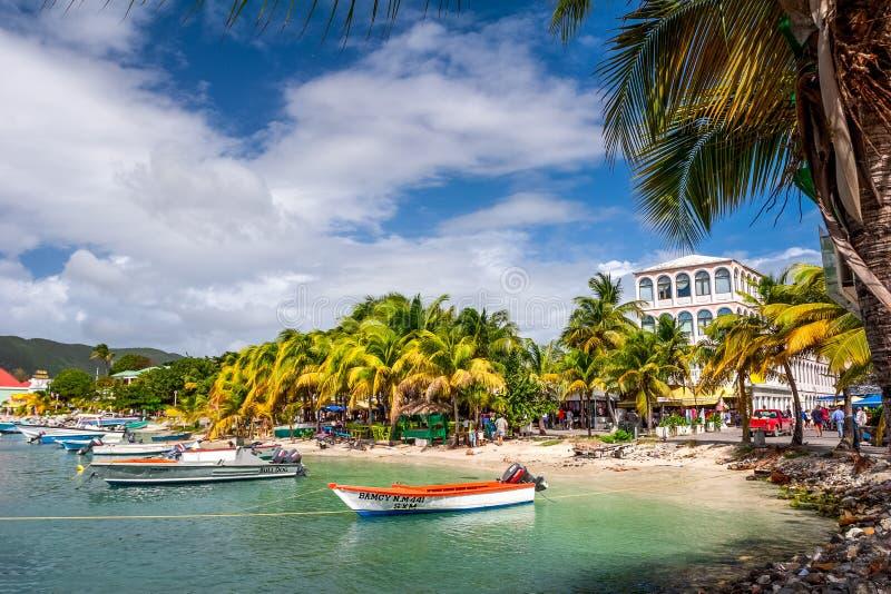 Het Weergeven op de haven met boten verankerde in het blauwe overzees met palmen stock fotografie