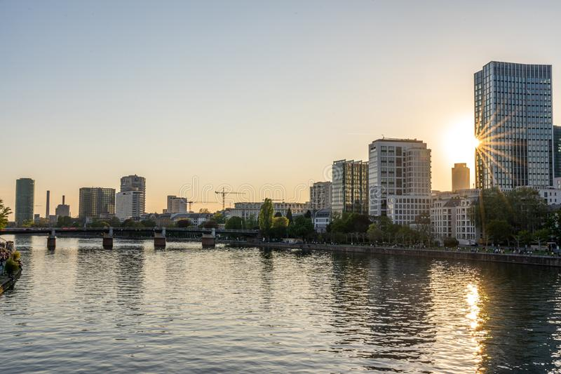 Het Weergeven op de horizon van Frankfurt bij zonsondergang van eiserner steg overbrugt, Frankfurt, hesse, Duitsland stock fotografie