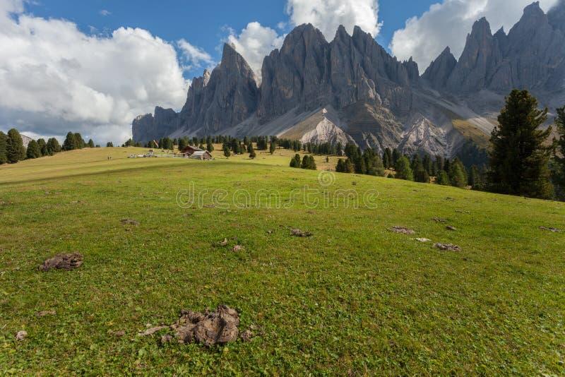 Het Weergeven op Odle zet in een bewolkte dag op - Val di Funes, Dolomiet stock foto's