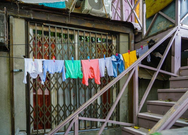 Het Weergeven van buiten het huishouden, kleren droogt op kabels op wasknijpers royalty-vrije stock afbeelding