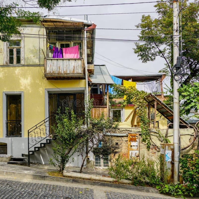 Het Weergeven van buiten het huishouden, kleren droogt op kabels op wasknijpers, Tbilisi Georgië stock foto's