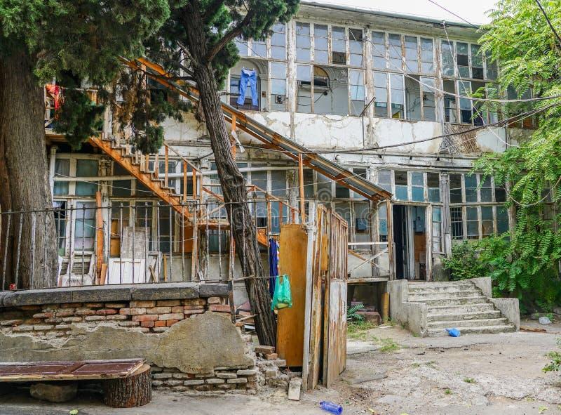 Het Weergeven van buiten het huishouden, kleren droogt op kabels op wasknijpers, Tbilisi Georgië royalty-vrije stock afbeeldingen