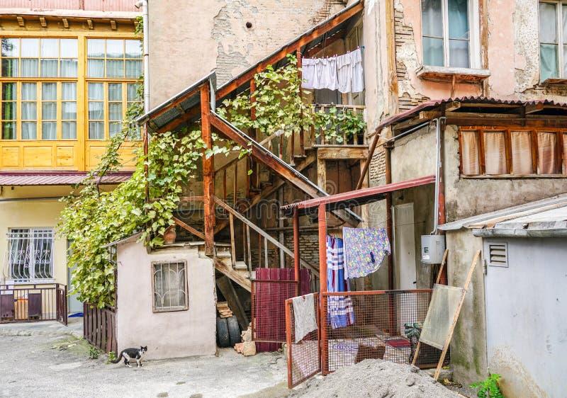 Het Weergeven van buiten het huishouden, kleren droogt op kabels op wasknijpers, Tbilisi Georgië royalty-vrije stock foto's