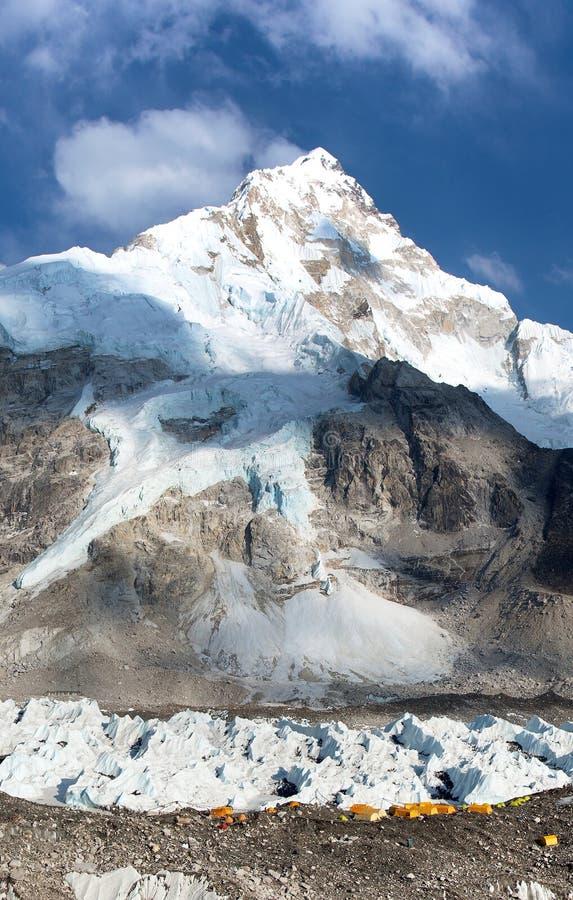 Het Weergeven van de basiskamp van Ondersteleverest, gele tenten en gebedvlaggen, zet Nuptse, trek aan Everest-basiskamp op - Nep royalty-vrije stock foto's