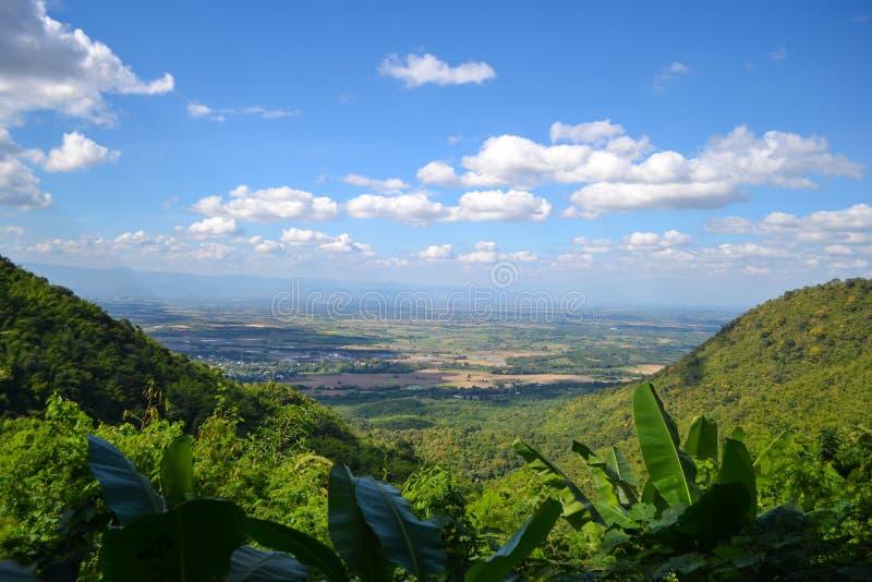 Het Weergeven van de berg en de hemel is blauw met witte wolken royalty-vrije stock foto