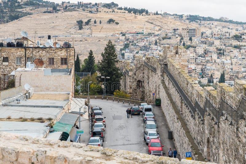 Het Weergeven van de muur van de stadsvesting aan een deel van de oude stad, en achter de muur is de Joodse Begraafplaats en het  stock foto