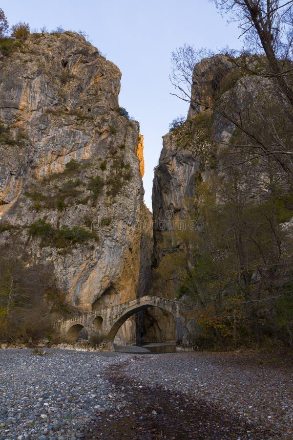 Het Weergeven van de Portitsabrug in het Gouden Uur van de Herfst stock foto's