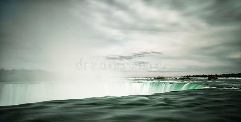 Het Weergeven van de tuimelende wateren van Hoefijzerdalingen in Niagara valt met waterstoom toenemend van de draperende wateren royalty-vrije stock fotografie