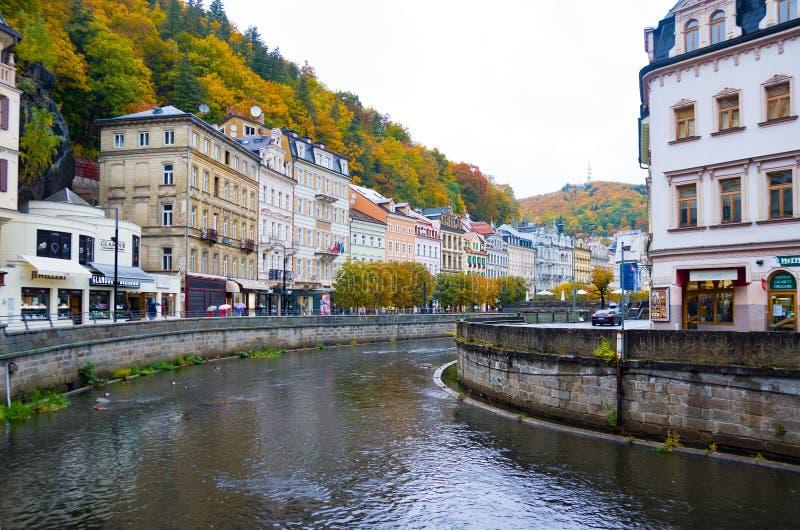 Het Weergeven van dijk van Tepla-rivier en het centrum van Karlovy variëren in de herfst royalty-vrije stock afbeeldingen