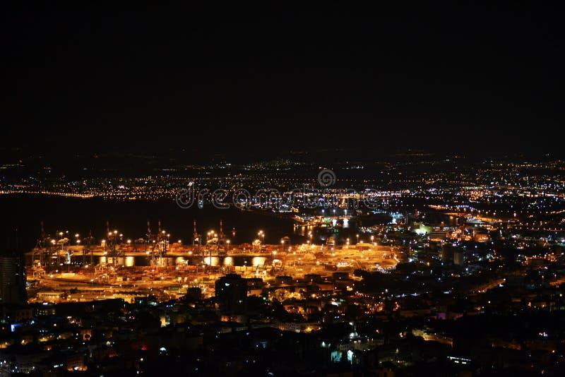 Het Weergeven van Haifa en de Haven Van de binnenstad van Bahai tuiniert op MT Carmel bij nacht, Israël stock afbeelding