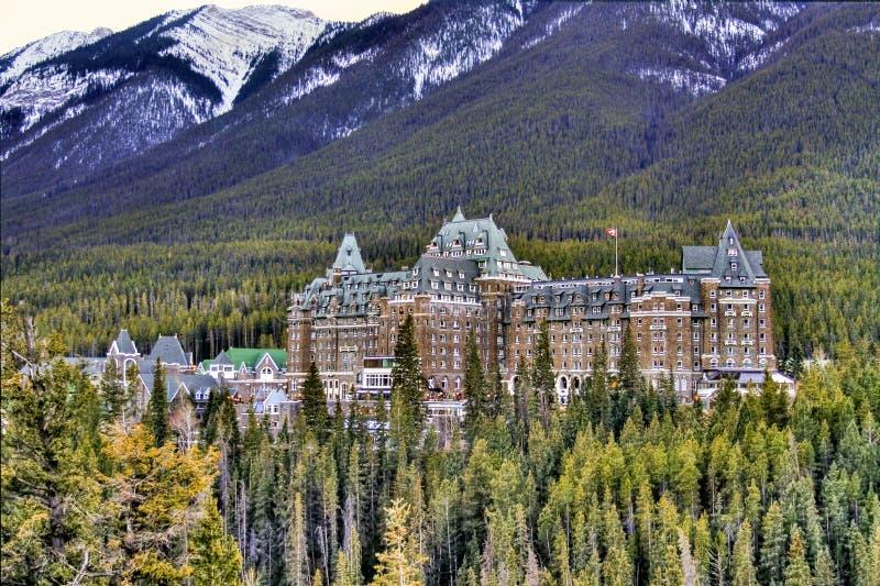 Het Weergeven van luxueuze Banff Fairmont springt Hotel, een historisch oriëntatiepunt in het Nationale Park van Banff, Alberta,  stock afbeelding
