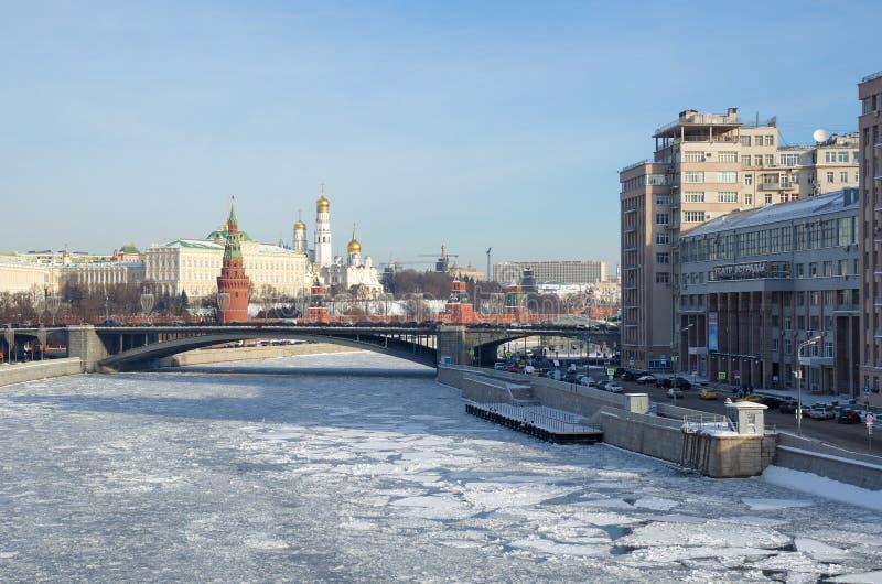Het Weergeven van Moskou het Kremlin en de Grote Steen overbruggen in Moskou, Rusland stock foto