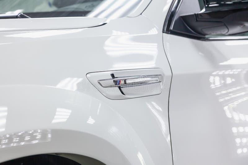Het Weergeven van ventilatiebuis in stootkussen van stemmende auto van luxe de zeer dure nieuwe witte BMW X6 M Lumma CLR bevindt  royalty-vrije stock foto's