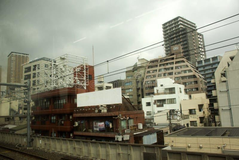 Het Weergevenlandschap en cityscape van MRT trein het lopen gaan naar Narita Internationale Luchthaven bij de Prefectuur van Chib royalty-vrije stock foto's