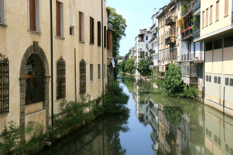 Het weerspiegelen van huizen in kanaal van Padua, Italië stock foto's