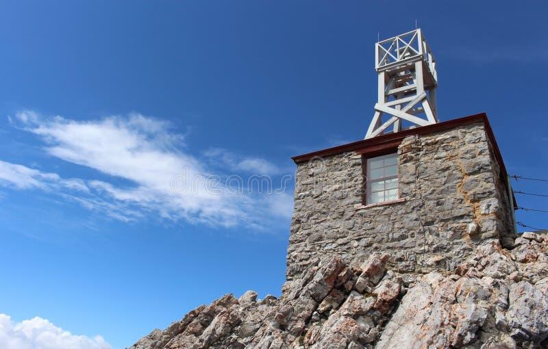 Het Weerstation van de zwavelberg op een achtergrond van blauwe hemel alberta canada royalty-vrije stock foto
