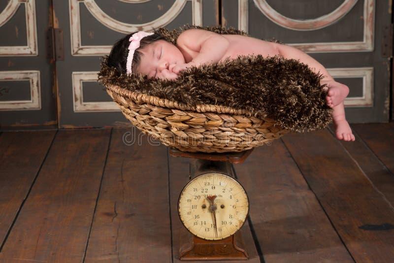 Het wegen van de baby stock afbeelding