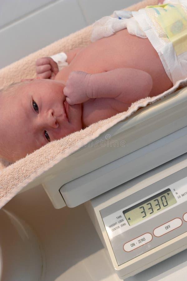 Het wegen van een pasgeboren baby royalty-vrije stock foto's