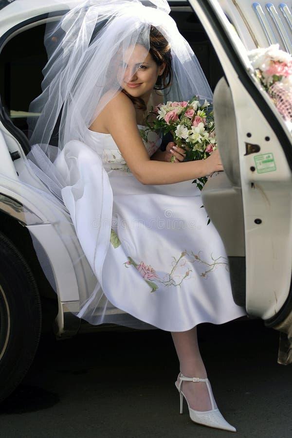 Het weggaan van de bruid limo van de huwelijksauto royalty-vrije stock afbeeldingen
