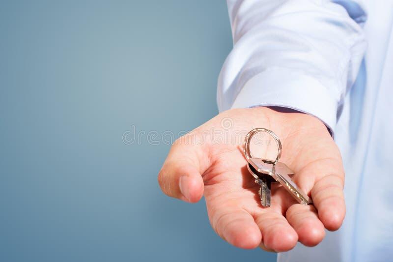 Het weggeven van de sleutels royalty-vrije stock afbeelding