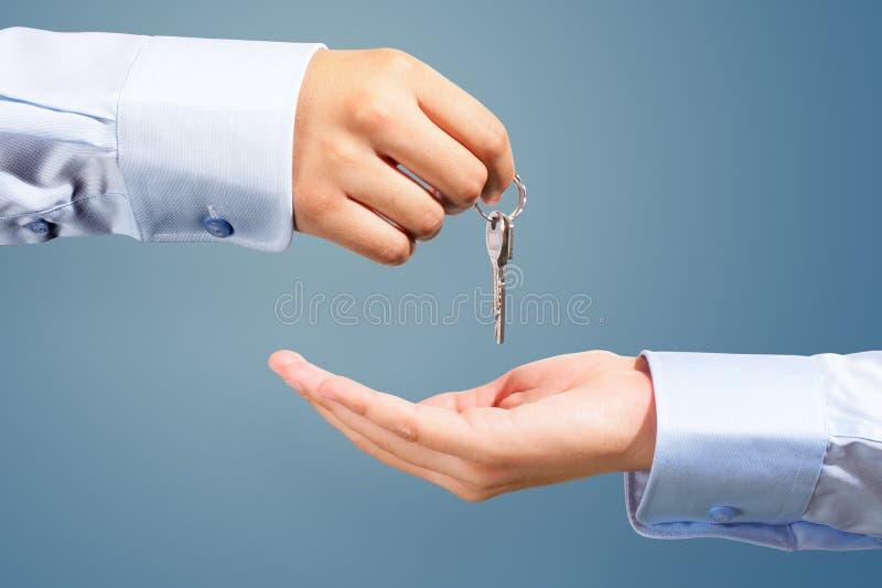 Het weggeven van de sleutels stock foto's