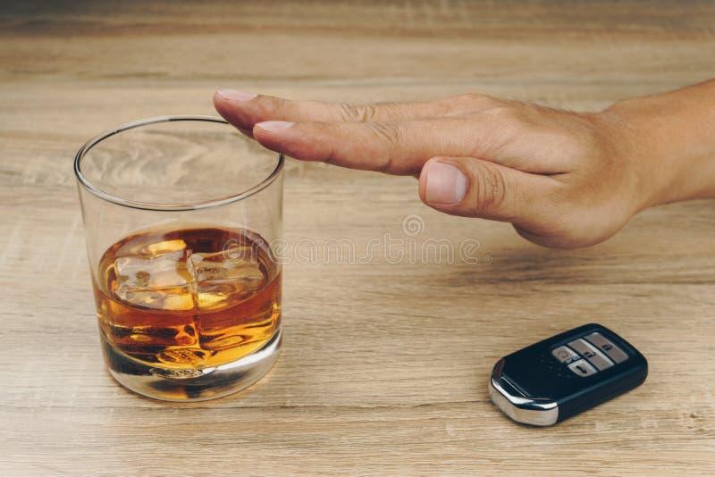 Het weigeren van een glas bourbon stock afbeeldingen
