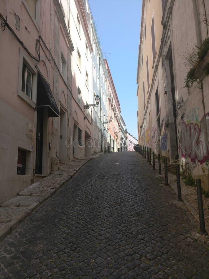 Het wekken door de straten van Lissabon stock afbeelding
