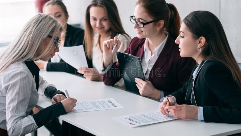 Het welkom van de commerciële contract van het het gespreksteken teambaan stock afbeelding