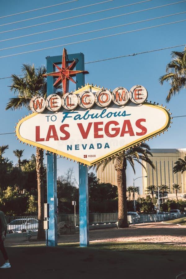 Het welkome Teken van Las Vegas met Vegas-Strook op achtergrond stock foto's