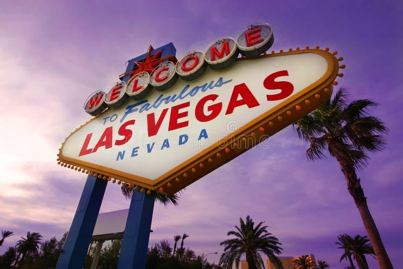 Het Welkome Teken van Vegas van Las bij Zonsondergang royalty-vrije stock foto's