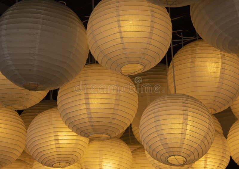 Het werd gefotografeerd binnen het restaurant Document lampen in gele kleur There' s meer dan één stock foto