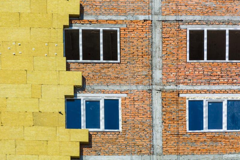 Het werk aangaande de externe muren van glaswolisolatie en pleister royalty-vrije stock afbeelding