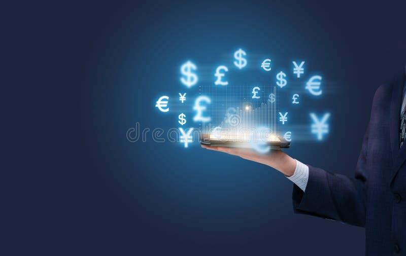 Het werk aangaande een mobiel apparaat in de wereld financiële markt royalty-vrije stock fotografie