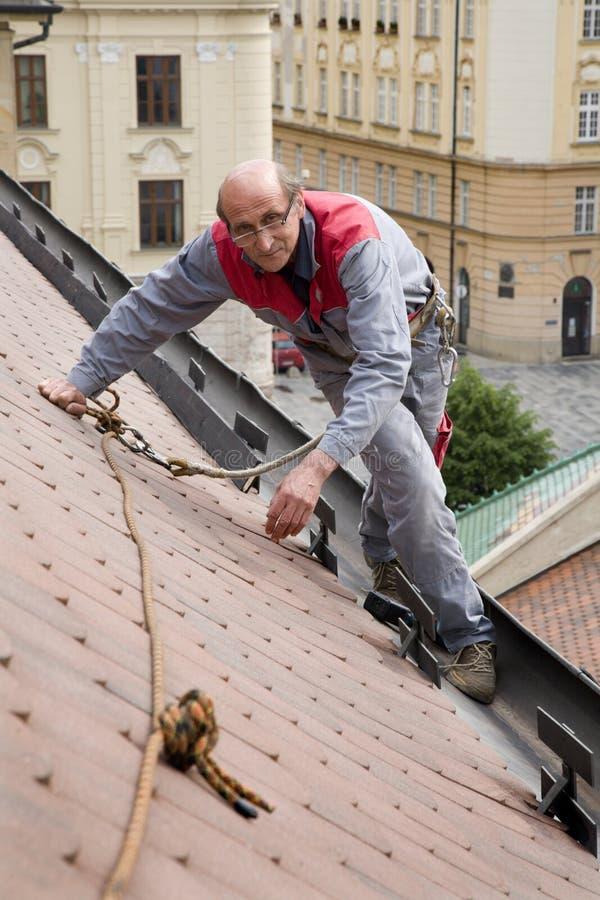 Het werk aangaande het dak stock foto's