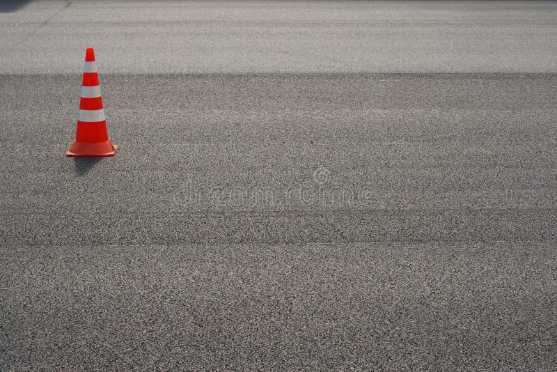 Het werk aangaande weg Bouwkegel Verkeerskegel, met witte en oranje strepen op asfalt Straat en verkeersteken voor het signaleren royalty-vrije stock foto