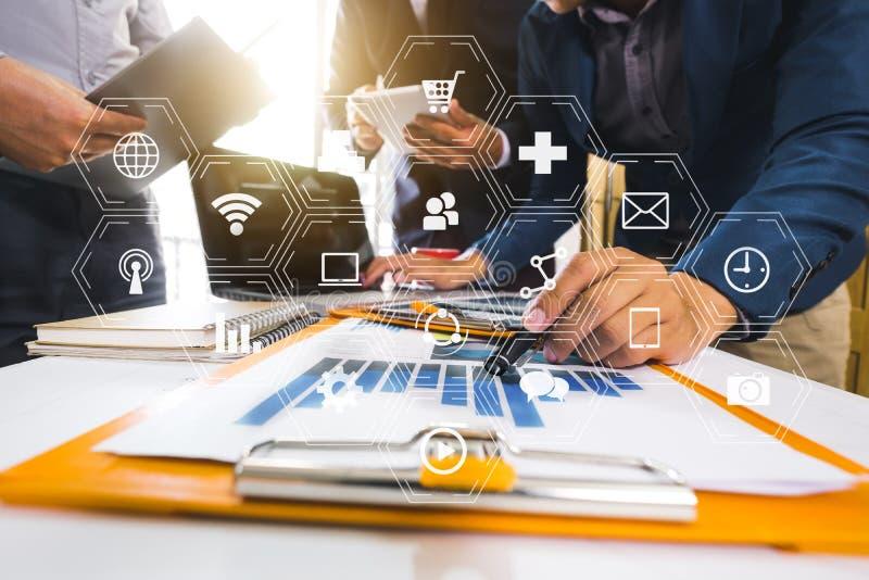 Het werk het concept van de teamvergadering, zakenman die slimme telefoon en laptop en digitale tabletcomputer met behulp van royalty-vrije stock afbeeldingen