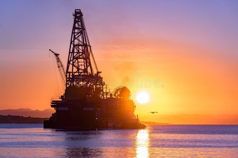Het werk in de haven met tanker stock foto's