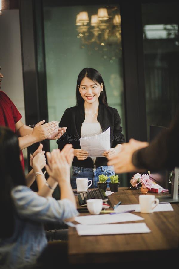 Het werk de teamgelukwens aan Aziatisch freelance vrouwenproject keurt in bureauvergaderzaal goed royalty-vrije stock fotografie