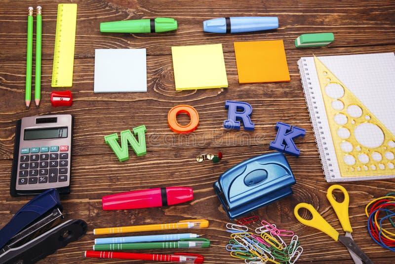 ` Het werk` inschrijving met een kader van schoollevering stock foto's